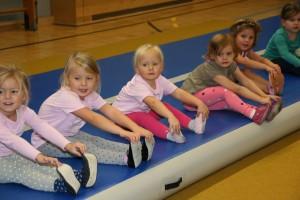 Kinderturnen mit Matte Zehenspitzen